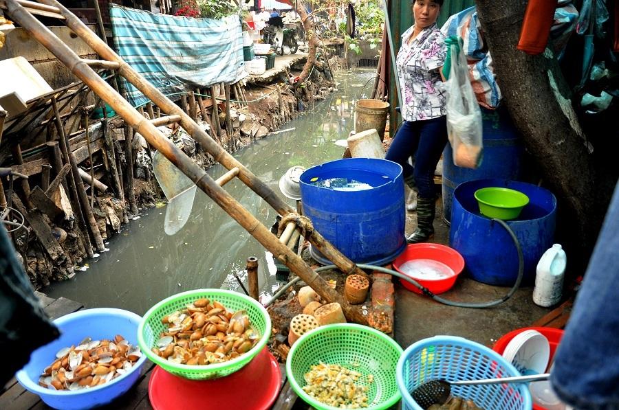 Nhiều quán ăn, chế biến thực phẩm đặt ngay bên cạnh dòng nước cống hôi thối