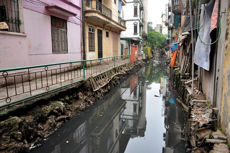 """Được biết, dự án """"Cải thiện môi trường xung quanh mương thoát nước Thụy Khuê"""" được khởi công từ cuối năm 2012, nhưng đến thời điểm hiện tại, tất cả vẫn trong tình trạng """"giậm chân tại chỗ""""."""