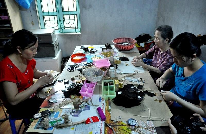 Cho đến nay, Kiêu Kỵ vẫn là làng duy nhất trong cả nước làm nghề này. Hầu hết các làng làm nghề tạc tượng, khắc hoành phi, câu đối, hoặc làm hàng sơn mài… đều là những bạn hàng của làng Kiêu Kỵ.