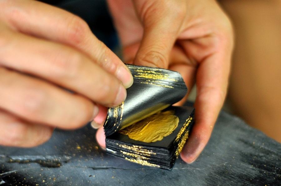 Một người thợ giỏi có thể đập một chỉ vàng dàn mỏng thành tấm lá vàng có diện tích hơn 1m2. Để hoàn thành một quỳ vàng, người thợ phải đập khoảng 1 giờ liên tục. Tính ra phải đập trên 400 nhát búa cho một quỳ vàng.