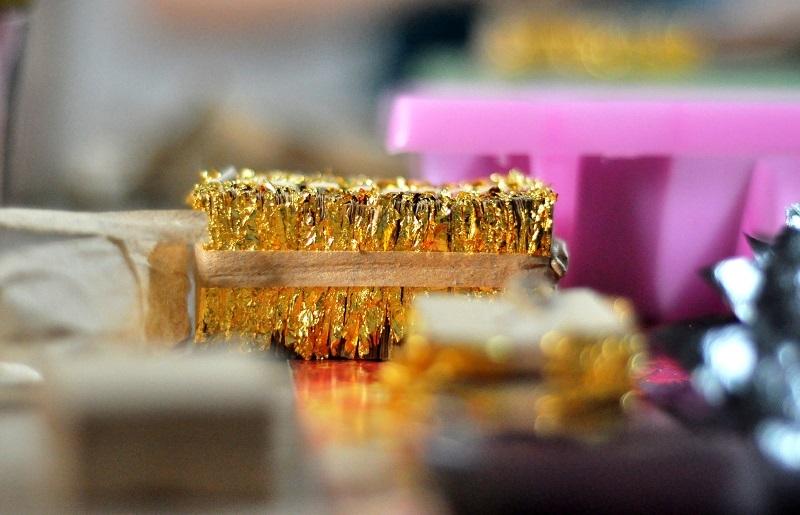 Các sản phẩm này sẽ được các nghệ nhân dát mỏng lên các bức tượng, câu đối, đồ vật mạ vàng hoặc bán cho các họa sỹ, thợ điêu khắc... có nhu cầu.