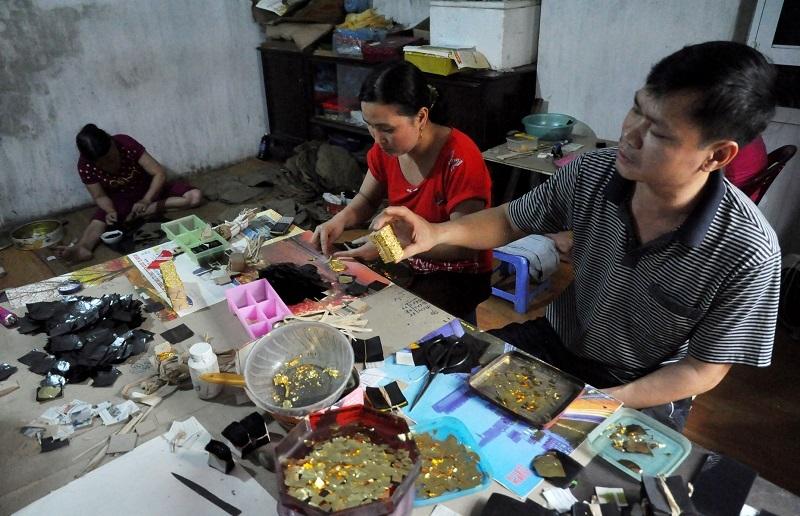 Hiện nay ở làng nghề Kiêu Kỵ (Gia Lâm, Hà Nội) còn khoảng gần 50 gia đình chuyên kinh doanh vàng quỳ. Những thỏi vàng thật 24k hoặc bạc trắng được các nghệ nhân ở đây đập dập cho dài và mỏng sau đó cắt thành những hình vuông nhỏ chừng 1cm2 rồi đặt vào lá quỳ.