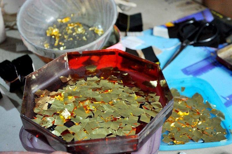 Các miếng vàng phải đảm bảo chính xác về kích thước. Sau đó sẽ được các nghệ nhân đặt vào lá quỳ và tiếp tục đập cho mỏng.