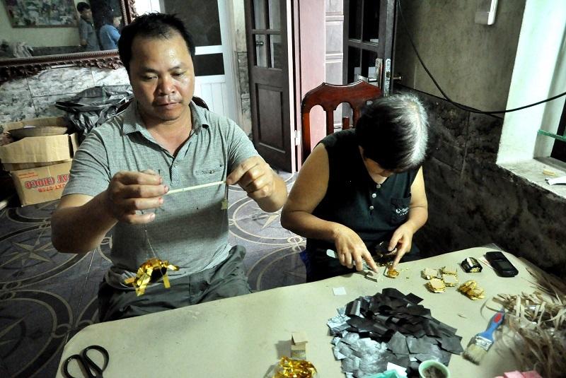 Để đảm bảo độ chính xác cao, người dân làng Kiêu Kỵ thường sử dụng một chiếc cân nhỏ để cân trọng lượng của vàng. Trong đó, mỗi một quỳ gồm 490 lá, được tán mỏng từ khoảng nửa chỉ vàng 24k