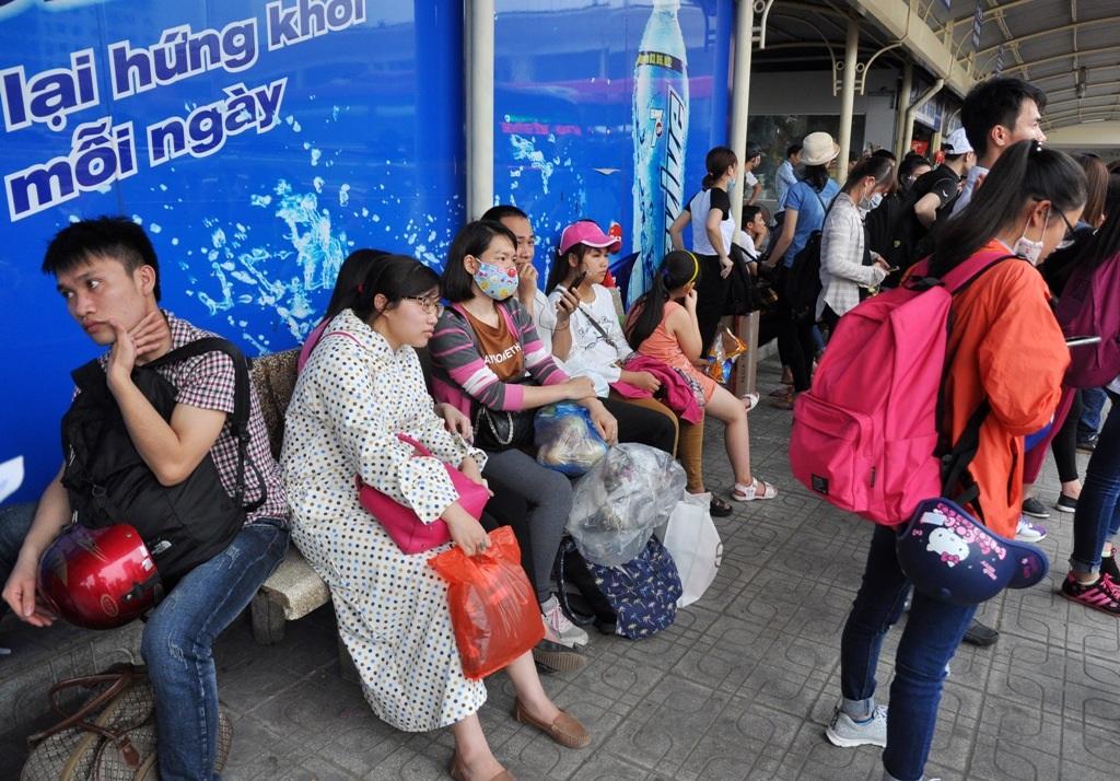 Trong khi đó, do chờ đợi quá lâu, nhiều người tỏ ra mệt mỏi, chấp nhận việc lên xe mua vé từ các chủ xe.