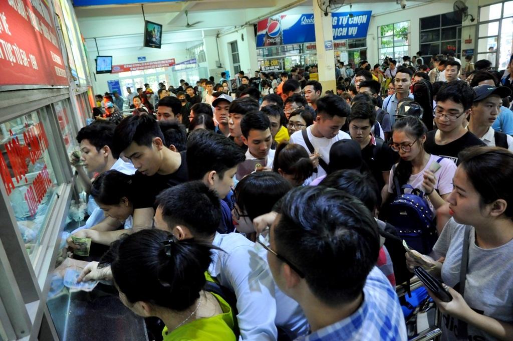 Việc mua vé tại quầy bán vé giúp người lao động tránh được tình trạng chặt chém, đẩy giá vé lên cao của các chủ xe. Chính vì thế, nhiều người cho biết họ chấp nhận cảnh chen lấn, chờ đợi mệt mỏi để được mua vé đúng giá.