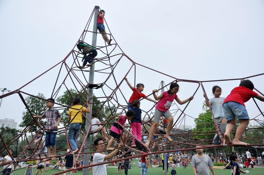 Công viên Cầu Giấy - công viên được coi là đẹp nhất thủ đô, an toàn và miễn phí vào cửa. Khu vui chơi ngoài trời dành cho trẻ em được thiết kế trên 2 quả đồi nhân tạo, được phủ cỏ mềm và lắp đặt các thiết bị vui chơi nhập từ Nhật Bản. Vì thế, đây được xem là địa điểm lý tưởng được nhiều bậc phụ huynh lựa chọn cho con vui chơi trong dịp nghỉ lễ