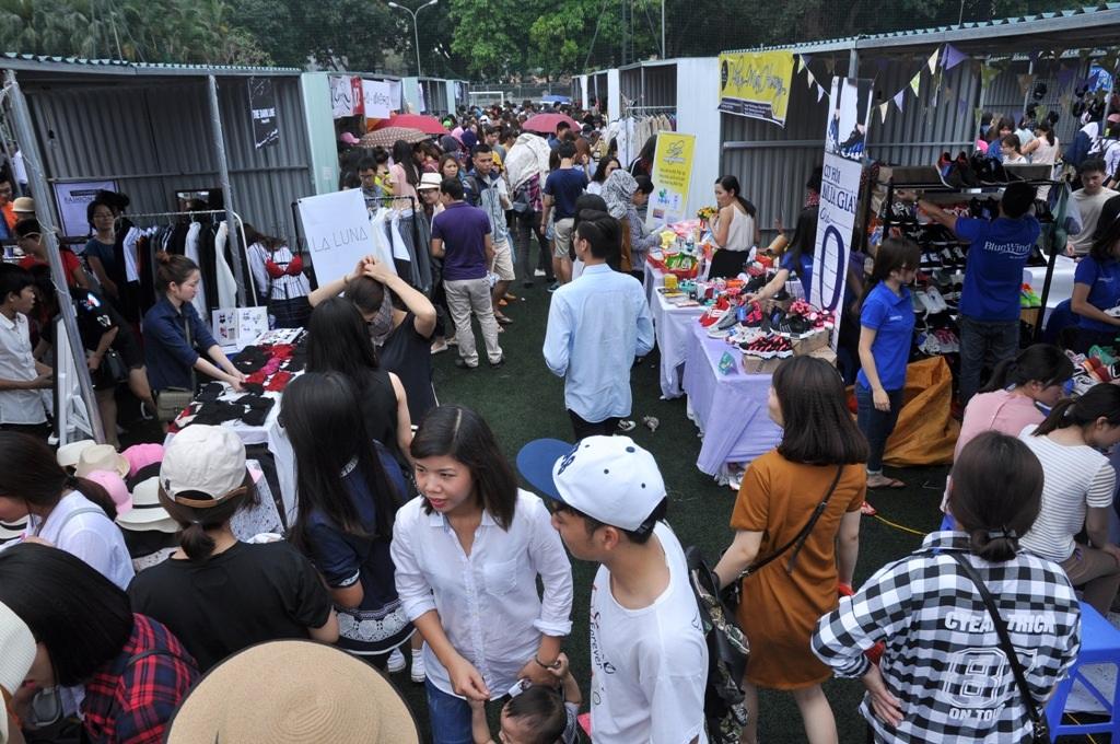 Lễ hội ăn - chơi - mua sắm có tên Fashion Feast khai mạc sáng 23/4 tại một sân bóng trên phố Chùa Láng (Đống Đa, Hà Nội). Đây là mô hình hội chợ container hướng tới giới trẻ lần đầu tiên xuất hiện tại Hà Nội.