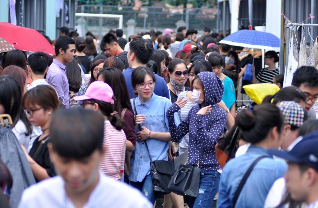 Ngay trong ngày đầu tiên khai mạc, hội chợ container thu hút hàng nghìn người đến tham gia, trong đó đa số là các bạn trẻ.