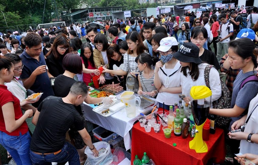 Ngoài các mặt hàng thời trang, đồ lưu niệm, hội chợ phục vụ cả đồ ăn, thức uống.