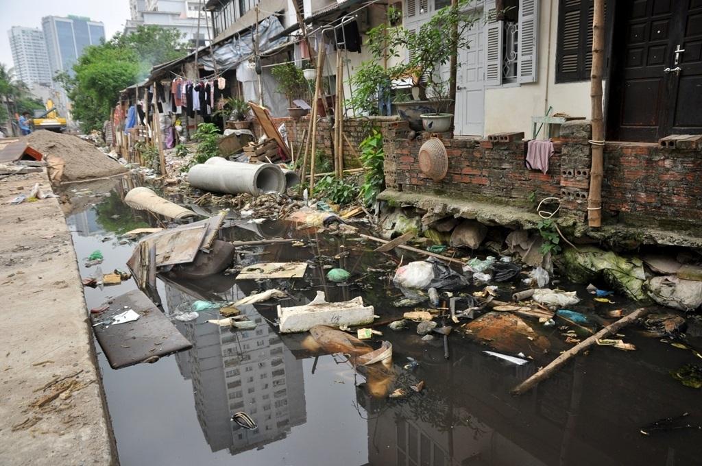 Nhiều năm nay, hàng chục hộ dân ở tổ dân phố 23, 25 phường Trung Liệt (Đống Đa – Hà Nội) phải chịu cảnh ô nhiễm nặng nề. Nguyên nhân được cho là do việc thi công chậm trễ của dự án cống hóa mương Tây Sơn T5A1.