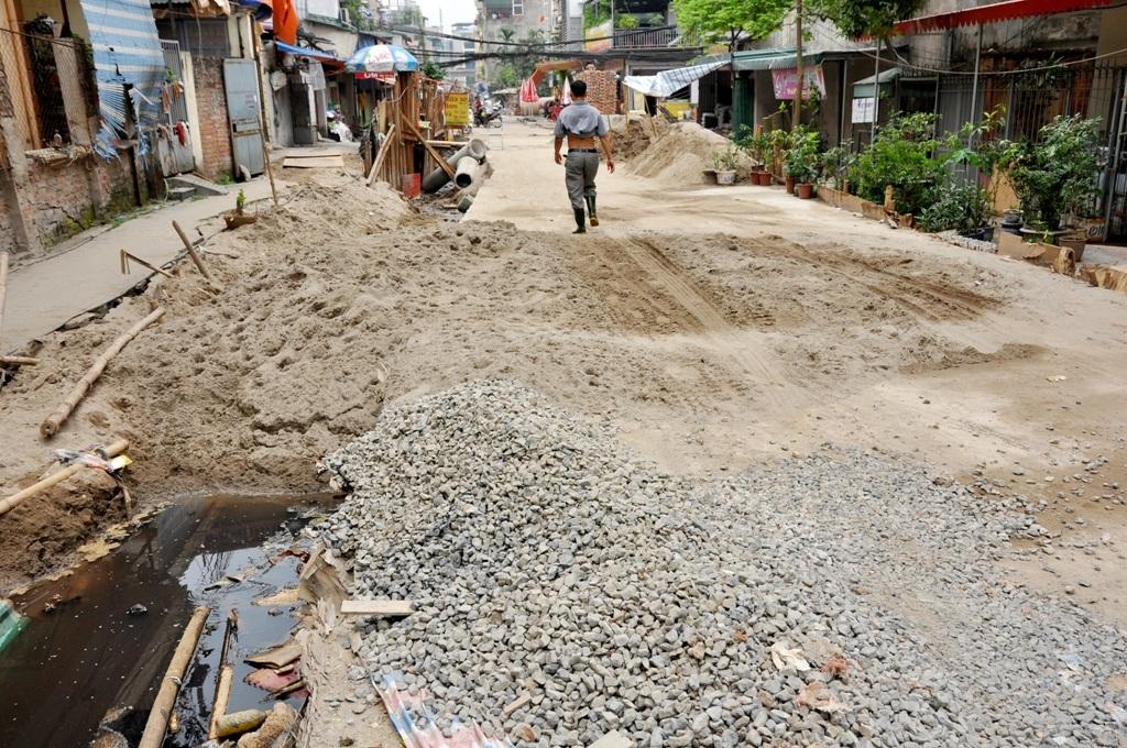 Không chỉ ô nhiễm, việc thi công dự án khiến cho đường giao thông bị biến thành công trường xây dựng với ngổn ngang cát sỏi, vật liệu xây dựng. Dự án thi công chậm chễ có một phần lý do vì công tác giải phóng mặt bằng.