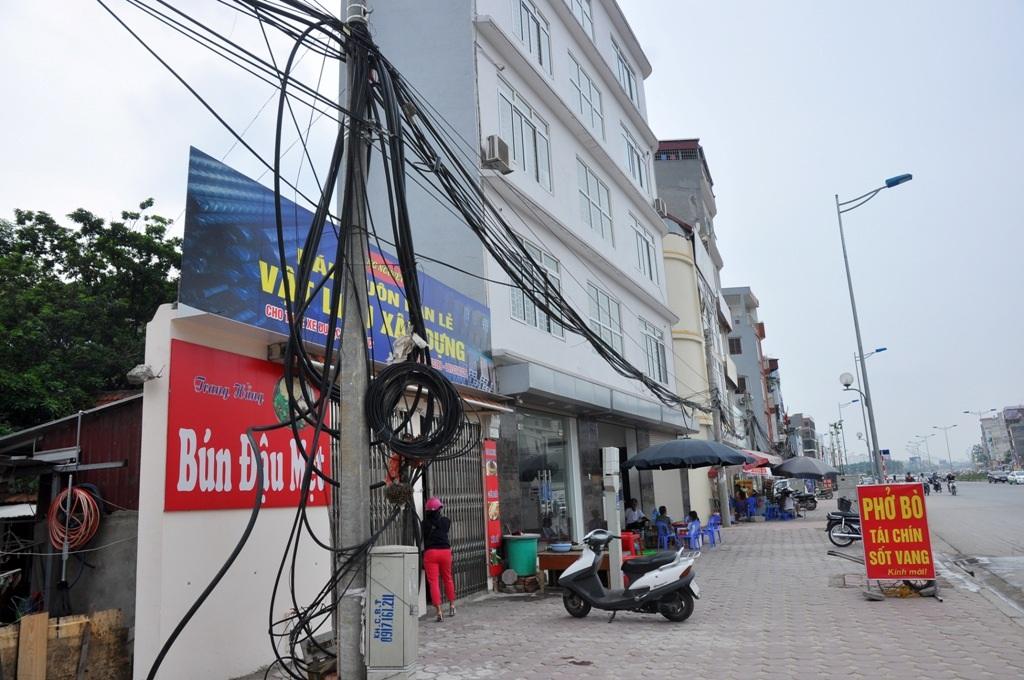 Chỉ sau vài tháng thông xe, đường Vành đai 2 đoạn qua Nhật Tân - Xuân La - Bưởi đã trở lên nhếch nhác bởi hàng loạt các căn nhà siêu mỏng, siêu méo. Ảnh: Trần Văn