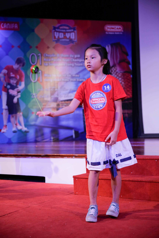 Khánh Ngọc - thí sinh nữ nhí duy nhất của cuộc thi hào hứng thể hiện các động tác trình diễn YoYo trước BGK