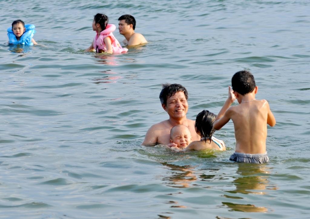 Cũng vì lượng người tắm đông nên khu vực này được ví như bãi biển giữa lòng Hà Nội.