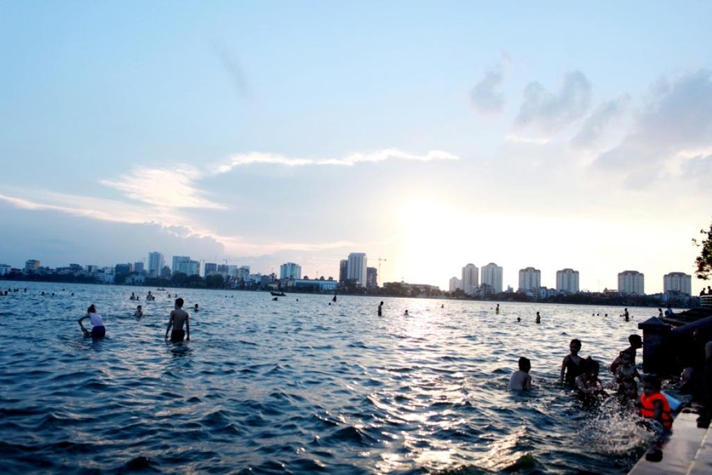 Mấy ngày nắng nóng, Hồ Tây lại trở thành điểm tắm mát thu hút hàng trăm người mỗi buổi chiều.