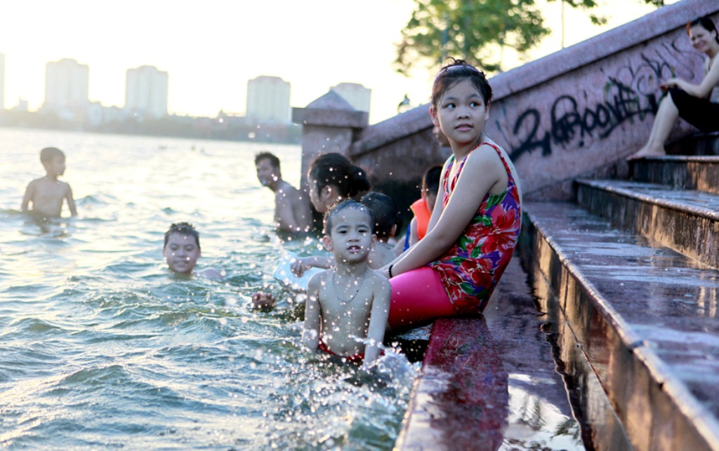 Bãi tắm này cũng thu hút khá đông người dân. Các em nhỏ cũng được theo chân phụ huynh đến đây tắm mát.