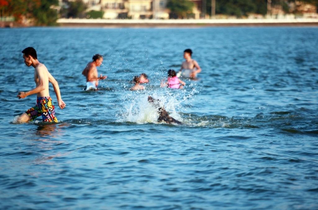 Mặc dù đã có biển báo cấm bơi đặt trên bờ nhưng không vì thế mà lượng người đến đây giảm. Bãi tắm này thường đông đúc vào khoảng 6h-8h và 17h-19h.