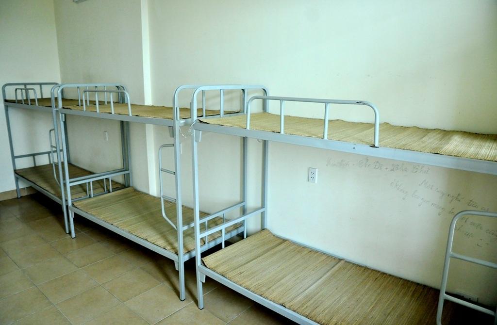 Thí sinh và người nhà đến nghỉ tại ký túc xá Mỹ Đình sẽ ở phòng rộng 43 m2, có 3 giường tầng, 2 nhà vệ sinh khép kín.