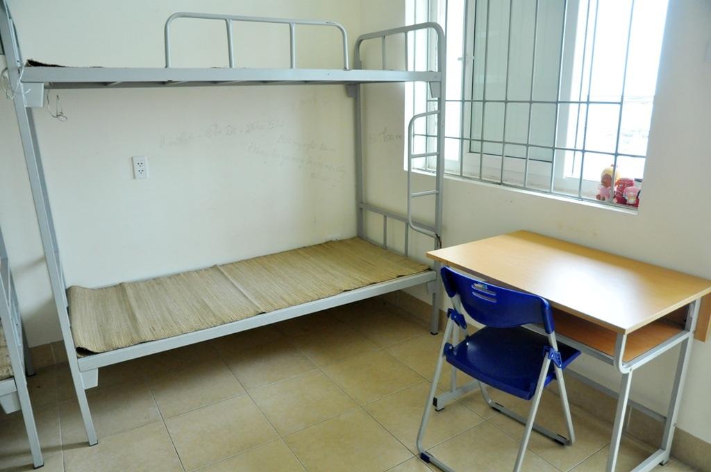 Mỗi một phòng như vậy có thể phục vụ 6 thí sinh và người thân. Phòng có trang bị bàn học thuận tiện.