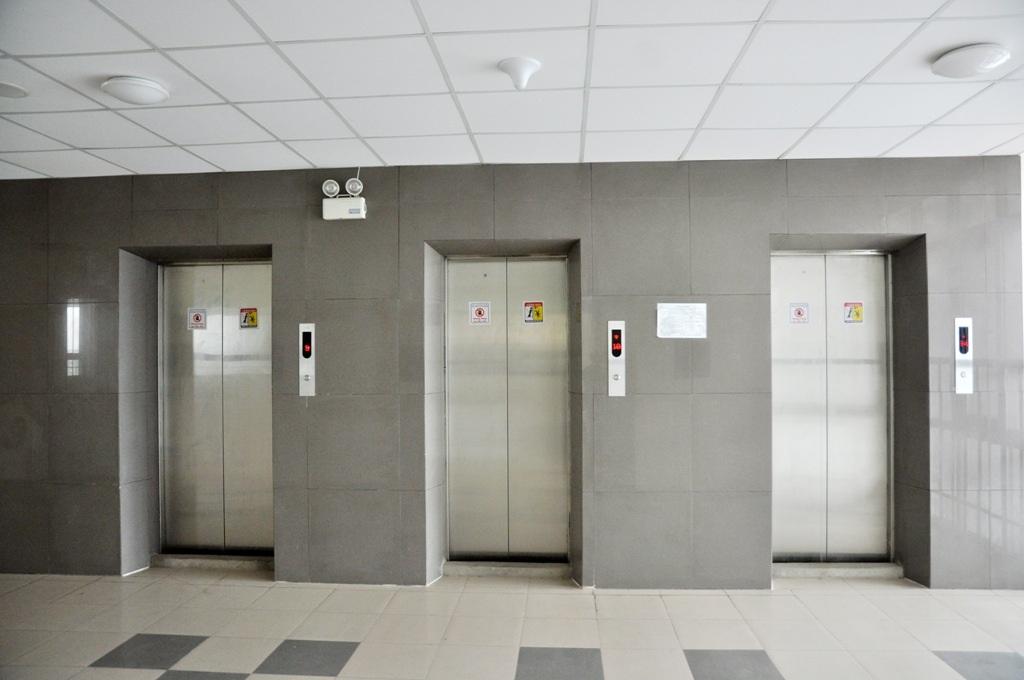 Tòa nhà có thang máy. Việc ăn ở của sĩ tử và người thân ở đây cũng thuận tiện vì có nhà ăn sinh viên, siêu thị mini, quầy Internet.