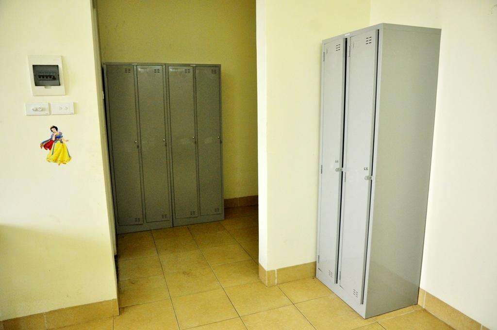 Trong phòng có tủ đựng đồ cá nhân.