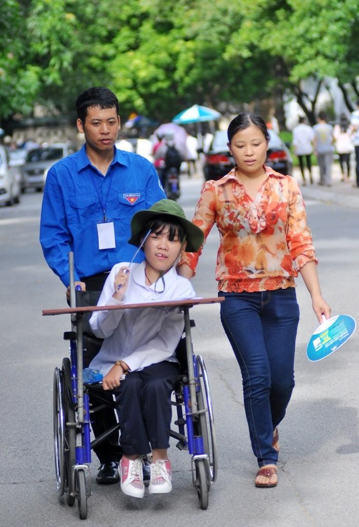 Hà An được các bạn tình nguyện viên và mẹ giúp di chuyển về ký túc xá Đại học Sư Phạm Hà Nội sau buổi thi môn Ngoại ngữ