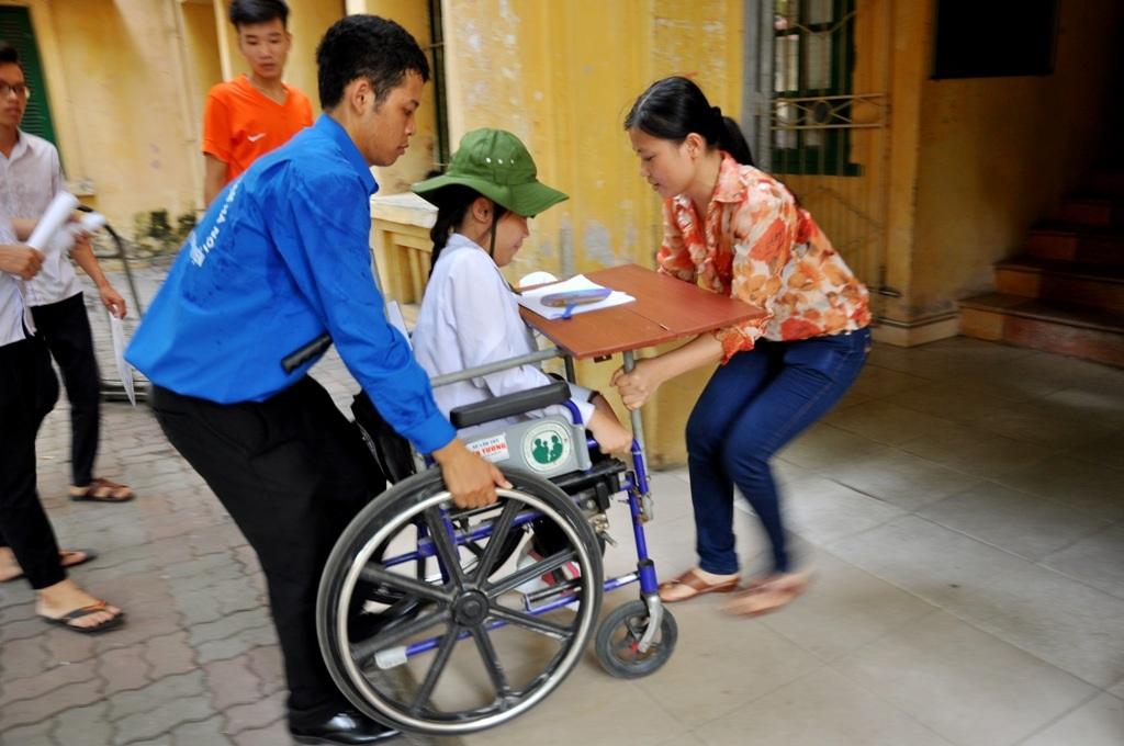 Dù nhà cách địa điểm thi chỉ 7km nhưng chị Ngô Thị Hải (SN 1976, mẹ Hà An) vẫn quyết định nghỉ làm cùng chồng chuyển đến ở KTX Đại học Sư phạm Hà Nội để tiện chăm sóc và đưa đón An đi thi