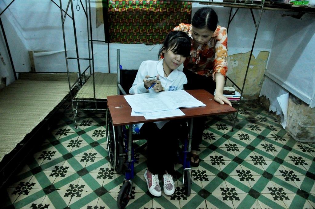 Chị Hải đang cùng Hà An xem lại kết quả thi môn ngoại ngữ