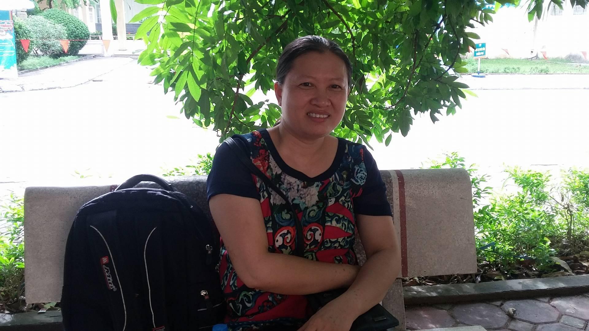 Dù nhà cách trường khoảng 7km, chị Nguyễn Thị Thêu vẫn quyết định thuê khách sạn cho con nghỉ ngơi, ôn thi