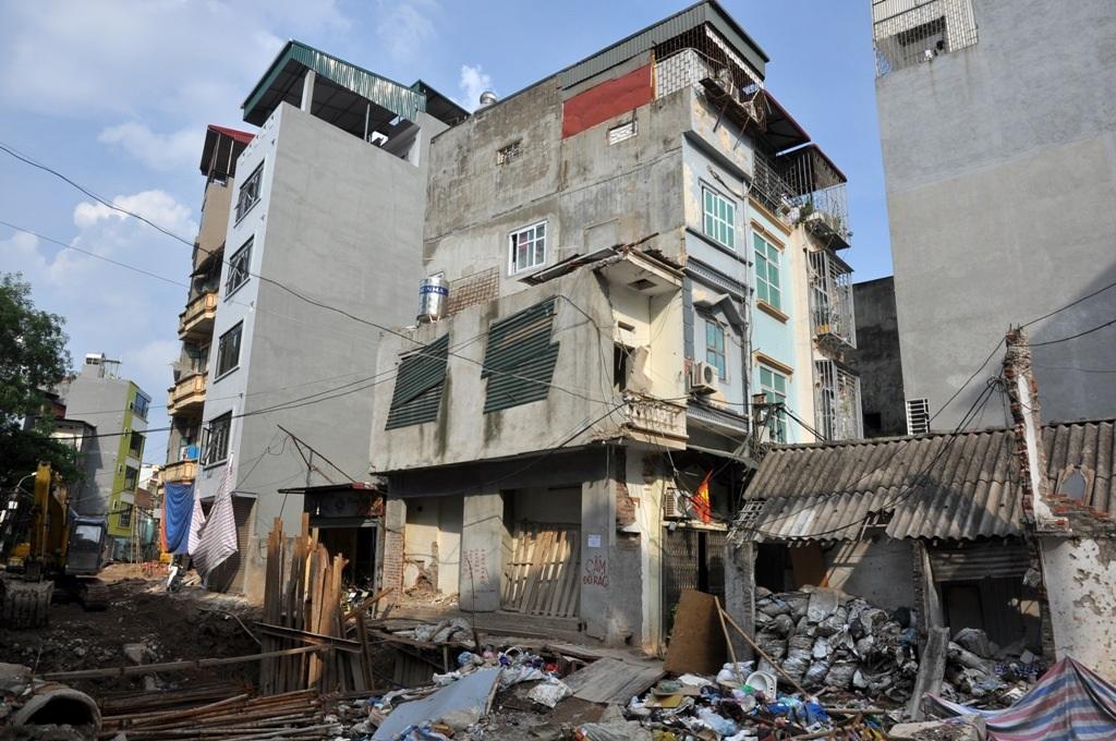 Một ngôi nhà 2 tầng có chiều sâu chưa đến 1 m, được sửa lại từ ngôi nhà cũ đã đập đi một nửa. Người dân sống tại đây cho biết, một số ngôi nhà siêu nhỏ, siêu mỏng được giao bán với giá khoảng 200 triệu đồng/1 m2.