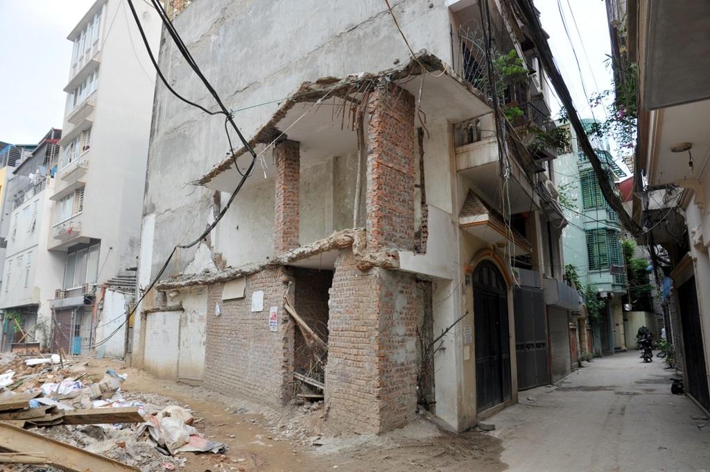 Những ngôi nhà nham nhở, có diện tích nhỏ hẹp nằm chắn trước những ngôi nhà lớn bên trong khiến bộ mặt đô thị nhếch nhác, lộn xộn.