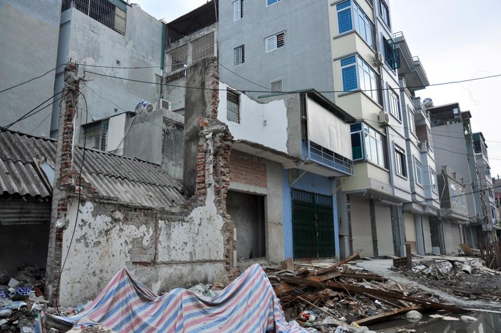 Việc thi công dự án tuyến mương thoát nước khiến nhiều ngôi nhà sau khi giải phóng mặt bằng, diện tích nhà để ở chỉ còn lại vài mét, thậm chí có nhà chỉ còn lại một bức tường.