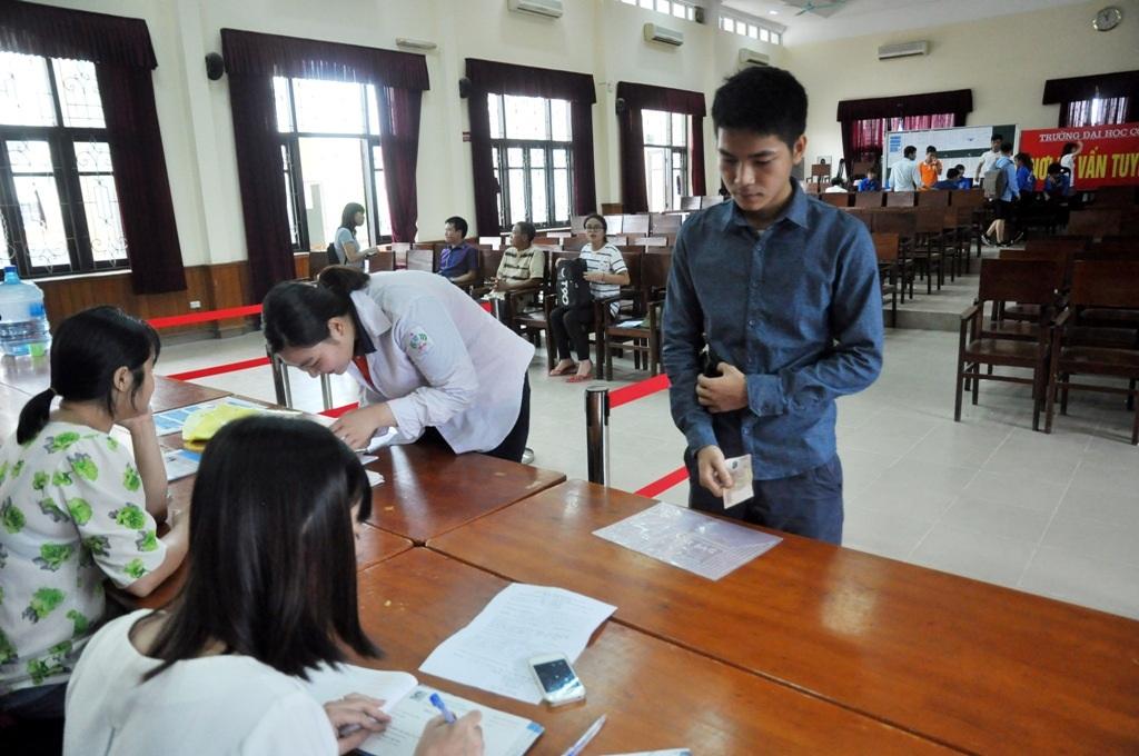 Tại trường ĐH Công Nghiệp Hà Nội, lượng thí sinh đến đăng ký nộp hồ sơ trực tiếp khá thưa thớt, vắng vẻ. Bàn tuyển sinh chỉ gồm 2 cán bộ tư vấn, hướng dẫn nhưng vẫn khá thảnh thơi