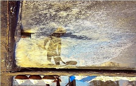 Khi quay ngược tấm hình, bóng của họ càng in đậm hơn dưới ruộng muối