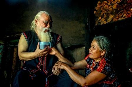 Cuộc sống sinh hoạt của đôi vợ chồng già Cơtu