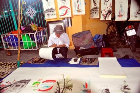 Chợ đêm đường Nguyễn Hoàng cũng có những cái thú vui riêng dược nhiều du khách tham quan, mua sắm