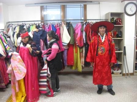 Hay du khách sẽ được mặc Hanbok - trang phục truyền thống của Hàn Quốc.