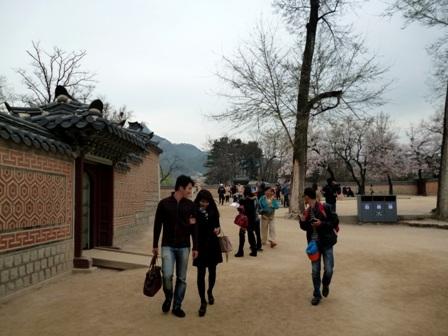 Rất đông du khách đến tham quan Cung Cảnh Phúc