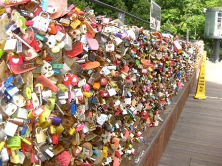 Ổ khóa được treo trên hàng rào của tháp như biểu tượng tình yêu