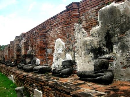 Dọc theo những bức tường thành là các bệ đá, trên đó có vô số những tượng Phật bị mất tay, mất chân hoặc mất đầu do bị tàn phá.