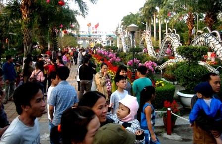 Rất đông du khách tham quan công viên 29/3 dịp Tết Bính Thân