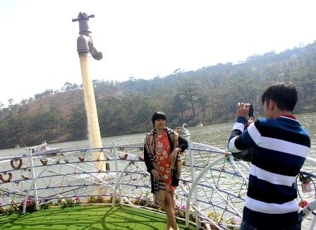 Đôi bạn trẻ ghi lại khoảnh khắc bên Cầu khóa tình yêu và Vòi nước khổng lồ