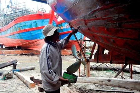 """Công việc khảm hồ, """"làm nước"""" cho tàu cần sự cẩn thận, tỉ mi của người thợ, bởi đây là tài sản quý giá của ngư dân"""