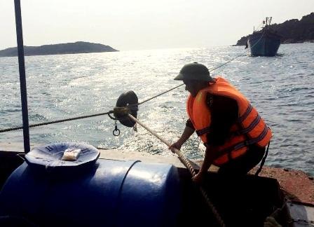 Tàu biên phòng đang lai dắt tàu cá bị nạn vào bờ