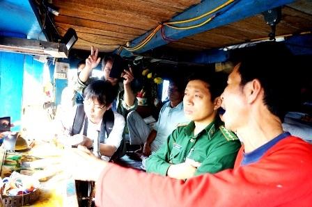 Lực lượng chức năng lên tàu ông Võ Quang Thái kiểm tra