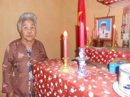 Mẹ Ngò bên di ảnh liệt sĩ Nguyễn Bá Cường