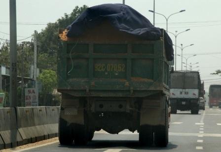 """Xe tải cơi nới và """"có ngọn"""" đang """"tung tăng"""" trên đường"""