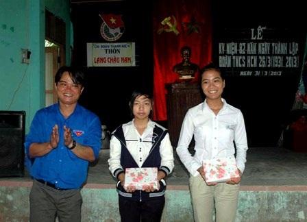 Anh Vũ trao quà cho những em có thành tích trong công tác Đoàn