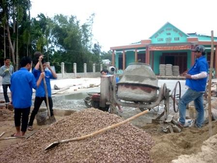 Thanh niên tham gia góp công sức xây dựng nhà tình nghĩa